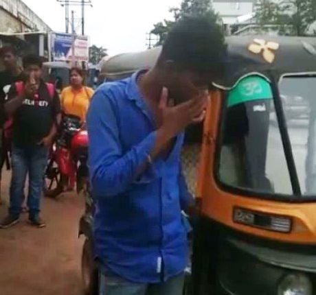 College Girl Thrashes Auto driver With Sandals For Misbehave In Odisha