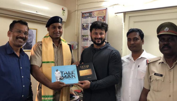 Actor Anubhav Mohanty felicitates RPF constable